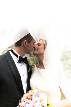 brudepar-brudeslor-kyss-blomster
