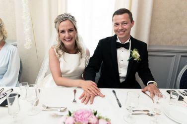 giftering-hendene-nygift-smil-bord