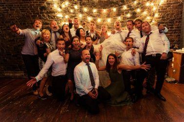 skykkelig-fest-venner-pa-bryllup