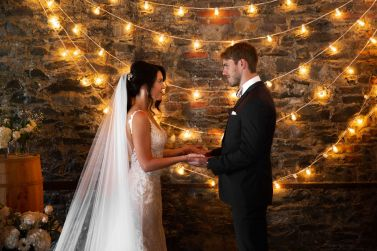 vigsel-holde-i-hendene-kjaerlighet-bryllup
